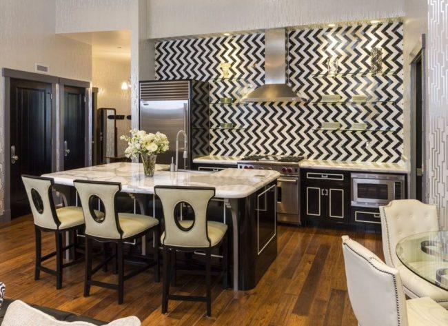Стены с зигзагообразными элементами - свежее решение на кухне арт-деко