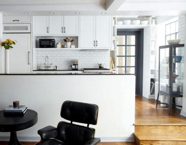 Зонирование кухни с помощью цвета - черный для трапезы, белый - для приготовления пищи