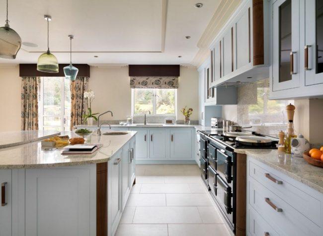 Все элементы в арт-деко должны сочетаться: белая плитка на полу, кухонный гарнитур и римские шторы выполнены в единой цветовой гамме