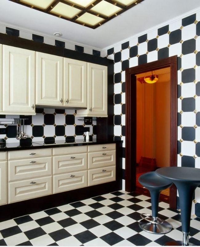 Кухня в черно-белом цвете - классика арт-деко. Добавить изюминку может пол и стены в клетку
