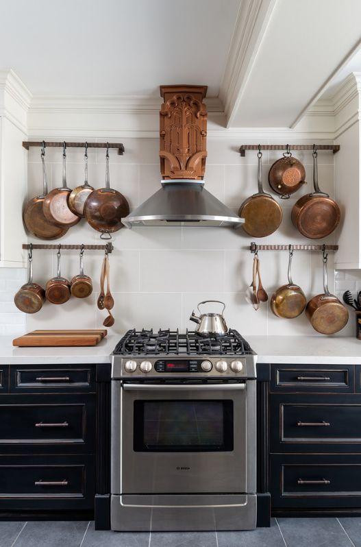 Вытяжка из резного дерева на кухне арт-деко