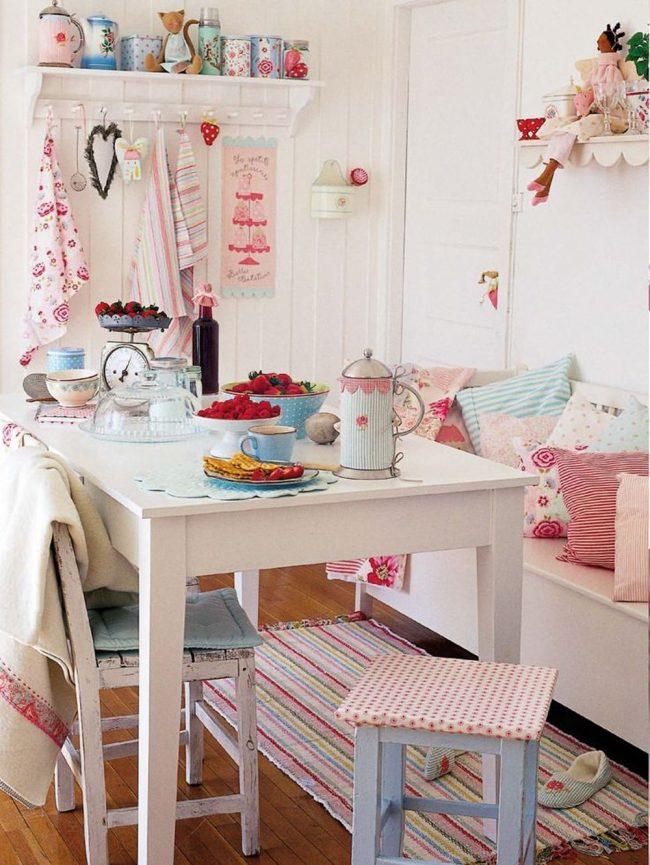 Текстиль на кухне шебби-шик всегда уместен: цветастые полотенца, мягкие подушки или обшивка стульев выглядит очень атмосферно