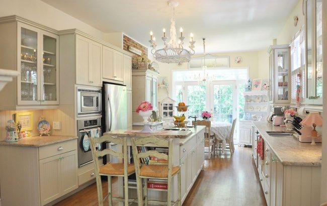 Светлый однотонный потолок на кухне шебби-шик