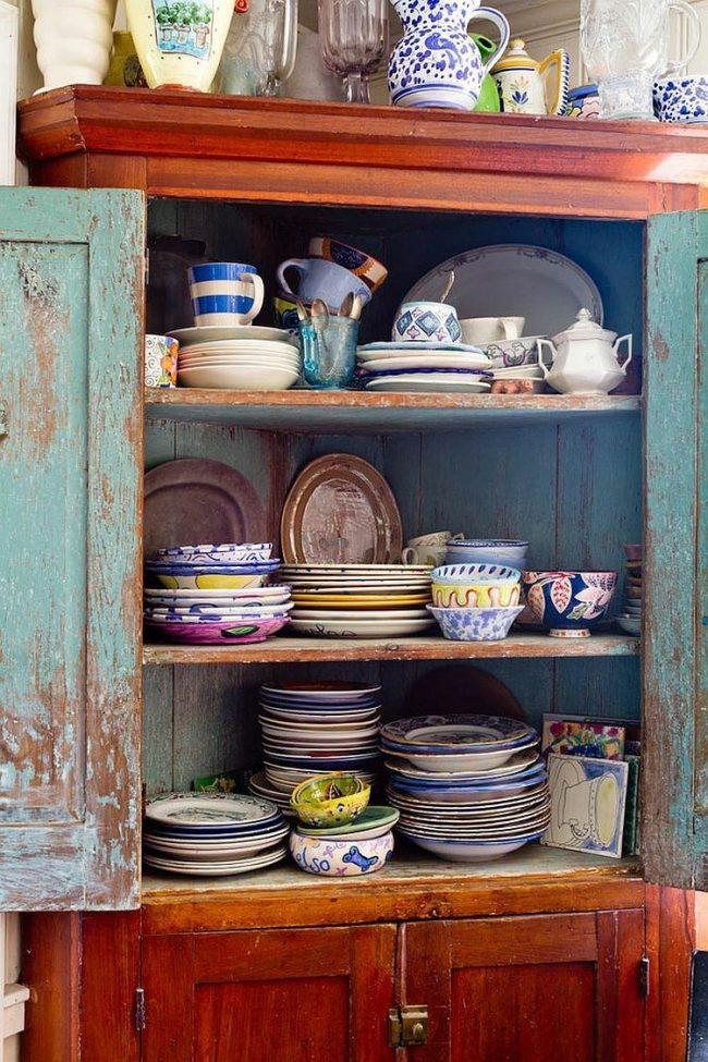 Важный атрибут кухни шебби-шик - старинная посуда, которая может стать элементом декора