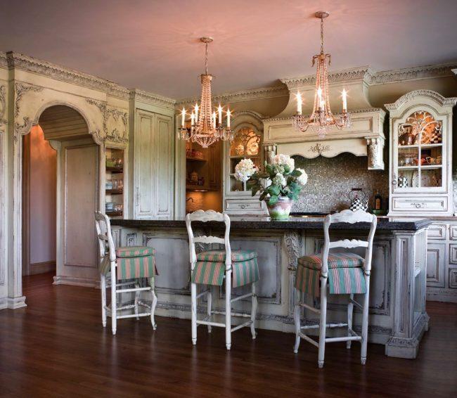 Потертая мебель белых оттенков отражает дух старины