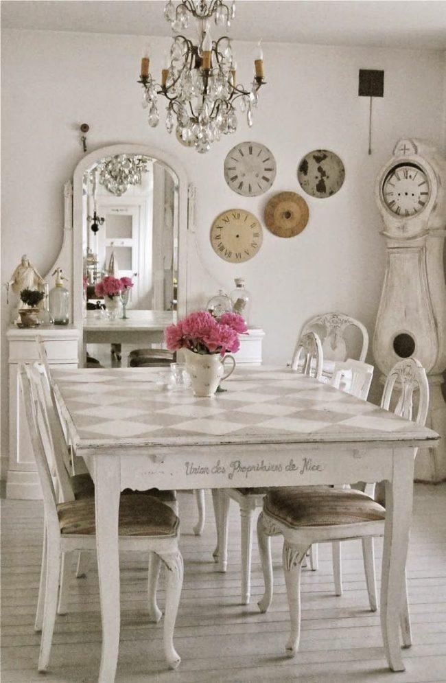 кухня в стиле шебби-шик: оформление кухни шебби-шик: старинные часы, винтажная мебель светлых оттенков, зеркало и цветочная ваза