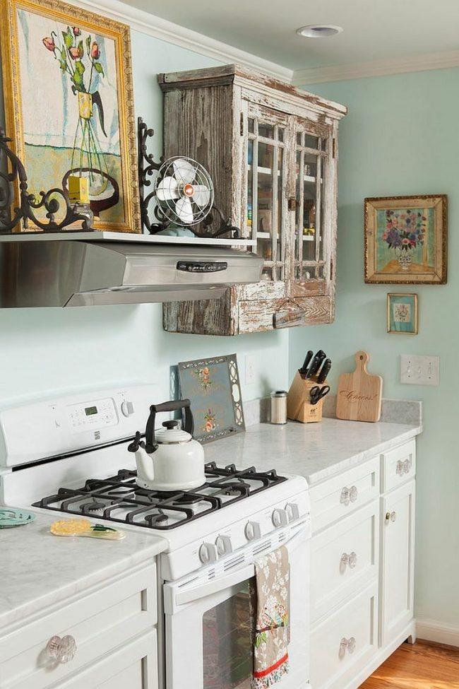 Картины с цветочными мотивами или предметы быта в технике декупаж впишутся в интерьер кухни шебби-шик