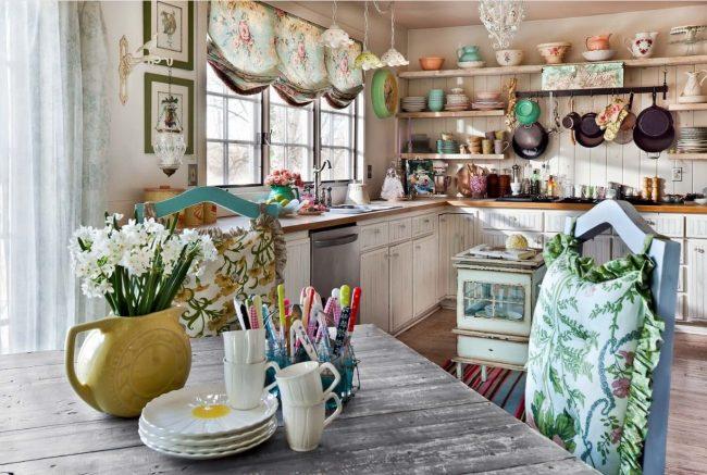 Цветочные шторы ламберкены на кухне
