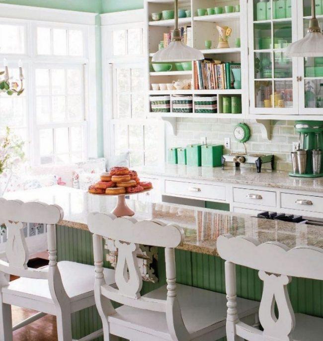 Разделение зон на кухне шебби-шик с помощью обеденного стола