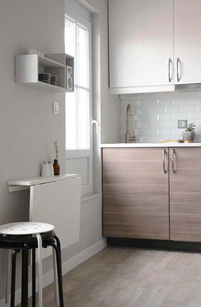 Компактная современная кухня с раскладным столом из бюджетного материала и входящими в комплект табуретками так же занимающими минимум места