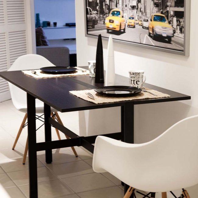 Компактность, простая конструкция и небольшой вес – главные преимущества раскладного кухонного стола