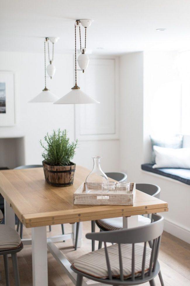 Раскладной кухонный стол в сложенном виде, увеличивающий обеденное место при раскладывании