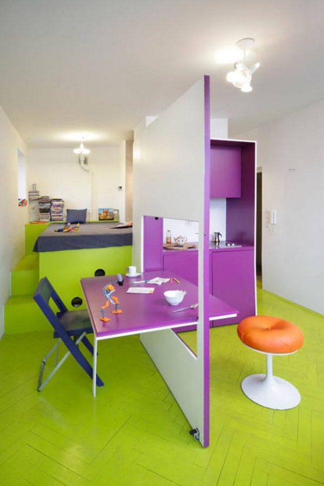 Гипсокартонная перегородка между кухней и гостиной служит еще и раскладным столом – смелое и оригинальное дизайнерское решение