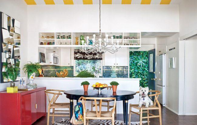Прочный и надежный окрашенный деревянный раскладной стол для эклектической кухни с множеством оригинальных декоративных деталей
