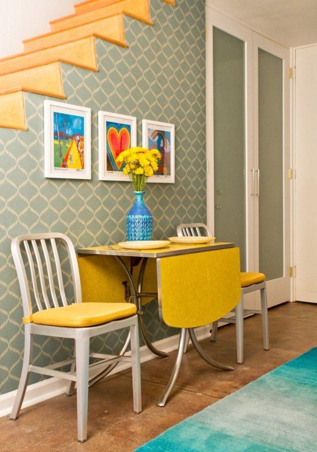Ретро-интерьер с эргономичным раскладным столом-книжкой яркого желтого цвета