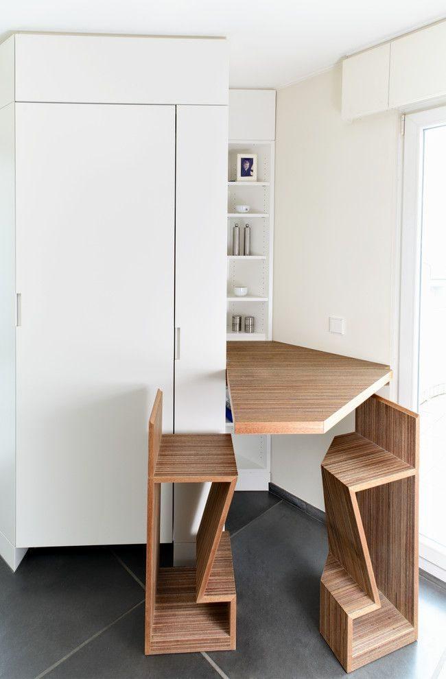 Простое, но оригинальное обеденное место: откидной стол и высокие стулья с подставкой для ног