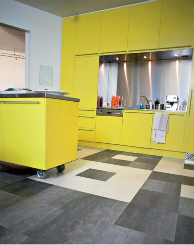Контрастный рисунок на линолеуме в яркой желтой кухне