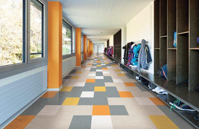 Школьный коридор с цветным клетчатым напольным покрытием