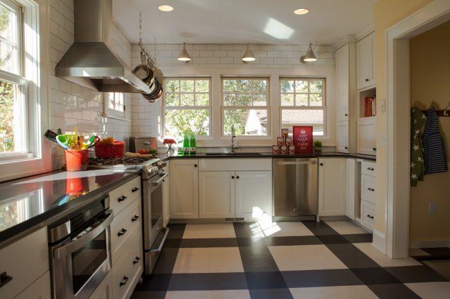 Черно - белая кухня подчеркивает контрастный линолеумом