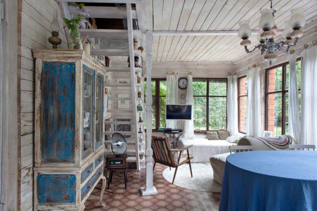 Гостиная в стиле шебби шик с бюджетным вариантом напольного покрытия