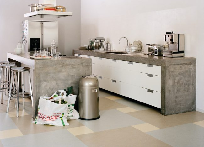 Светлый линолеум в кухне, имитирующий плитку разного размера