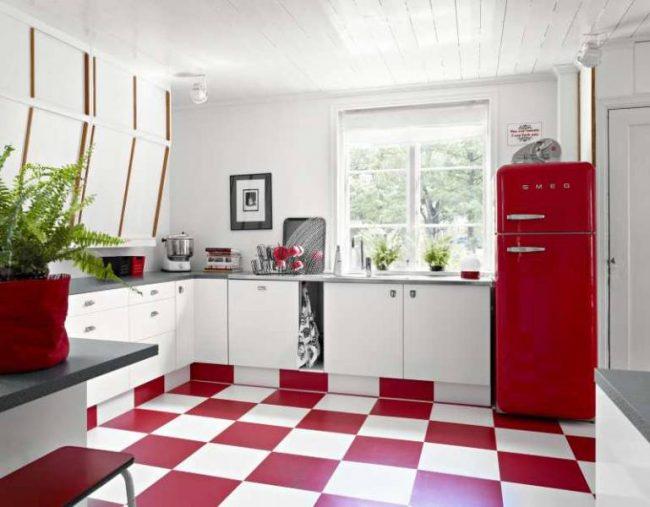 Акцентное напольное покрытие в светлой кухне