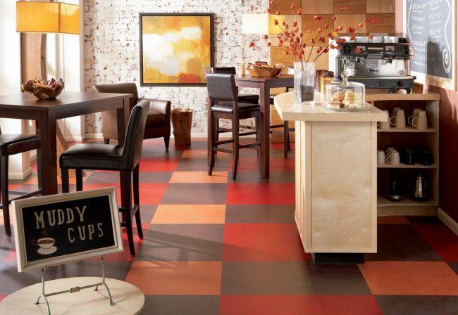 Яркий осенний окрас напольного покрытия в небольшом кафе