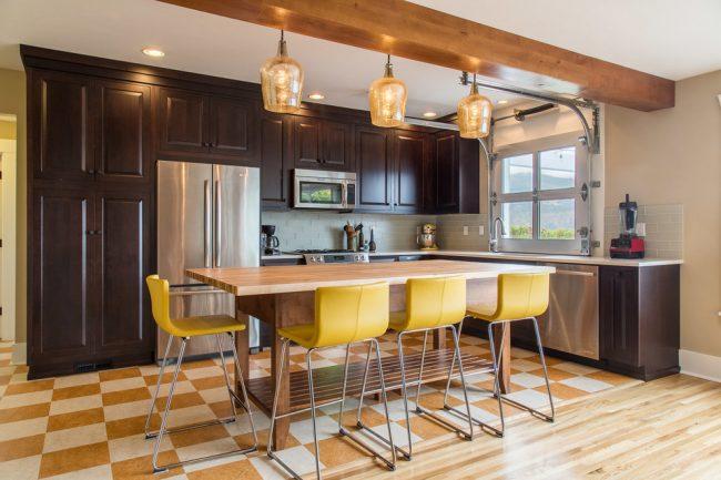 Зонирование кухни с помощью красивого шахматного линолеума под плитку