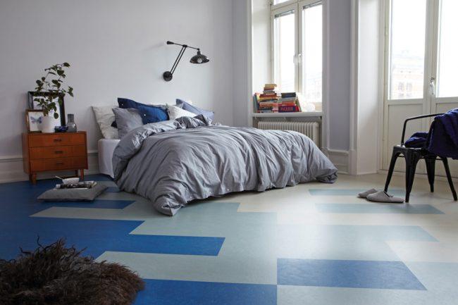 Линолеум под плитку: спальня в холодных оттенках с линолеумом в крупный рисунок