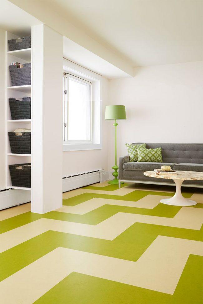 Широкий зигзагообразный рисунок расширит пространство гостиной комнаты