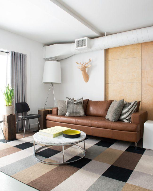 Для хозяев небольшой гостиной стоит отметить и тот факт, что коричневый диван всегда выгодно смотрится на фоне излюбленных многими бежевых и кремовых стен