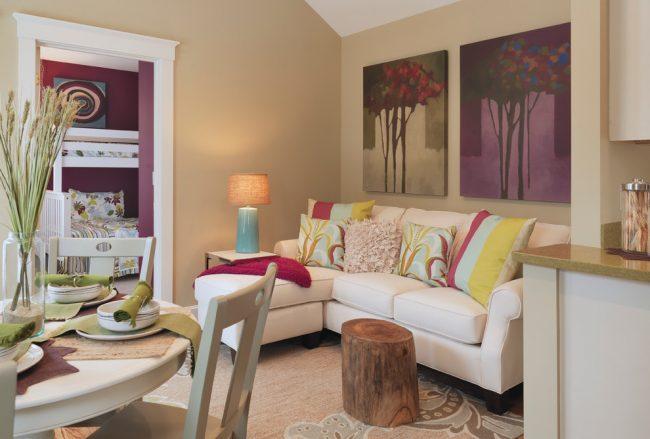 При оформлении вашего дома стоит обратить особое внимание на цветовую гамму исполнения, ведь если в доме есть дети или же вы просто любите красочный декор, то стоит сделать яркий дизайн одно или даже нескольких комнат в доме