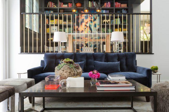 Отличным дизайнерским решением станет синий диван, который прекрасно подойдет как для спокойной гостиной, так и для классического офисного помещения