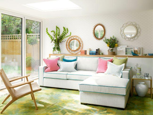 Если вы не боитесь экспериментировать с цветами и декором, то освежить ваш дом, добавить в него света, красок и весеннего настроения помогут яркие красочные акценты, а диван в интерьере может стать именно таким ярким акцентом