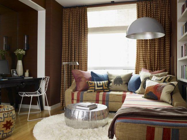 Отличным дизайнерским решением будет наполнить комнату коричневыми оттенками, мебелью разных моделей и текстурированным ковром
