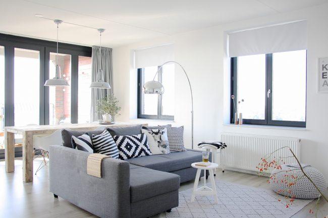 """Что бы интерьер гостиной не казался скучным, однообразным и """"стерильно"""" белым, можно использовать яркие элементы декора, которыми могут послужить даже подушки с разнообразными узорами"""