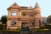 Фото 64 Наличник на окна в деревянном доме: декоративное украшение фасада и 70+ оригинальных примеров