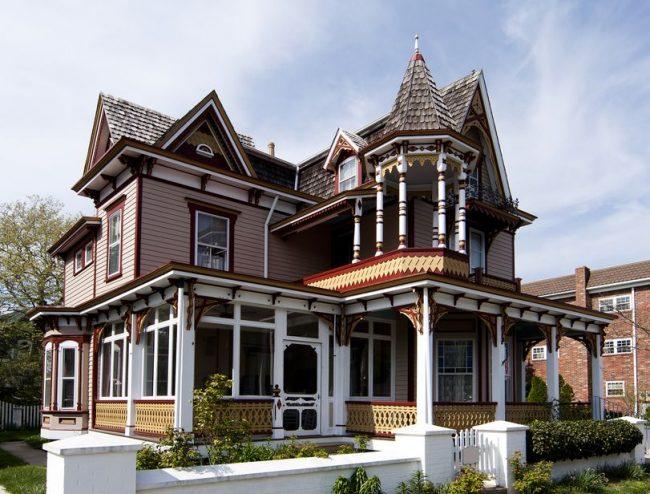 Американский дом в викторианском стиле с простыми наличниками из красного дерева