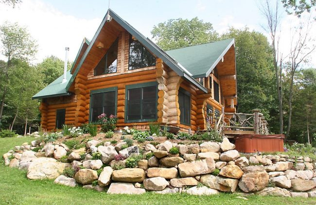 Простые наличники в цвете крыши деревянного дома