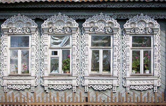 Деревянные ажурные наличники способны украсить даже серые здания