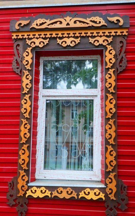Деревянный наличник в двух цветах на одном из зданий города Кострома