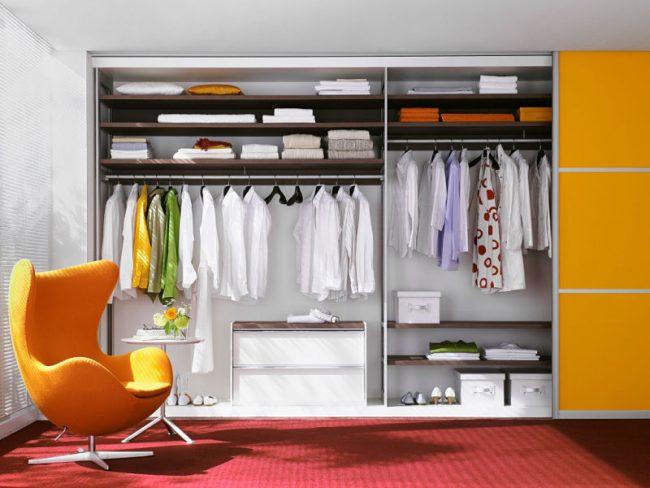 Просторный шкаф-купе с удобным расположением полок и штанг