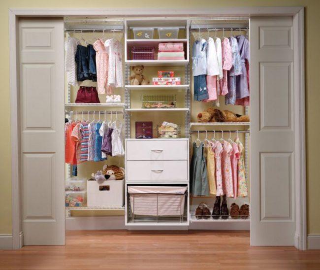 Встроенный шкаф в детской комнате с эргономичным расположением полочек и ящичков