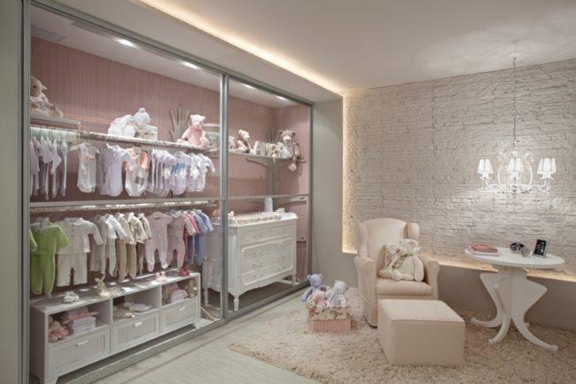 Шкаф-купе в комнате малыша с одной полкой на всю длину и двумя штангами, на которых удобно размещать маленькую одежду