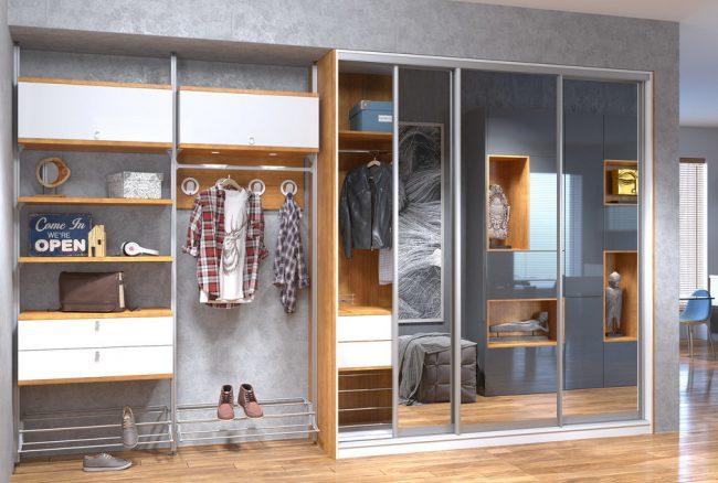 Оригинальная конструкция шкафа в прихожую с открытыми и закрытыми секциями