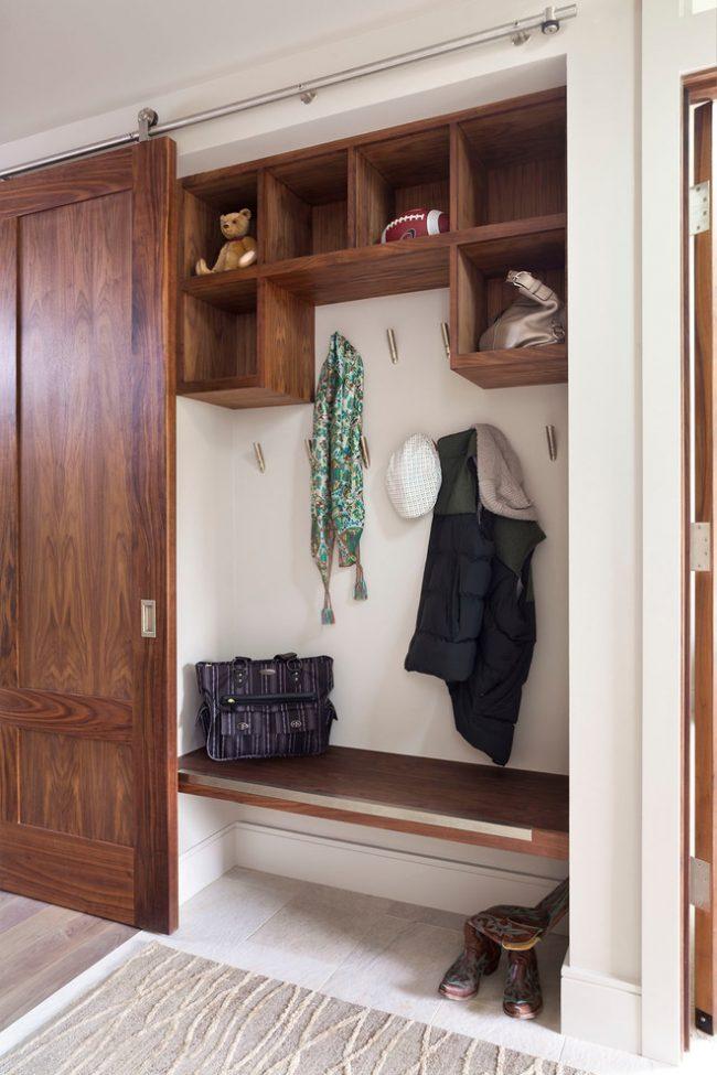 Шкаф-купе в прихожей с полочками и крючками для верхней одежды