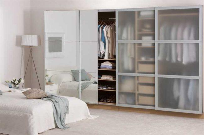 Интересный дизайн фасада шкафа в спальне, состоящий из зеркала и матового стекла