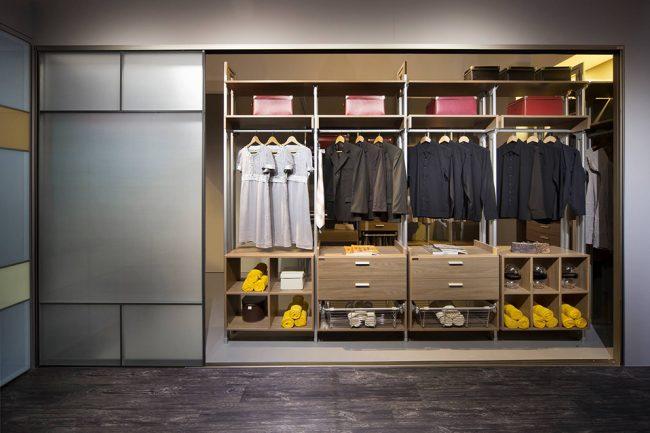 Встроенный шкаф-купе комфортным количеством полок и штанг