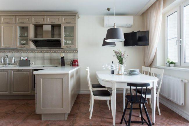 Белый стол из столешницей с декоративного камня - выглядит изысканно и дорого