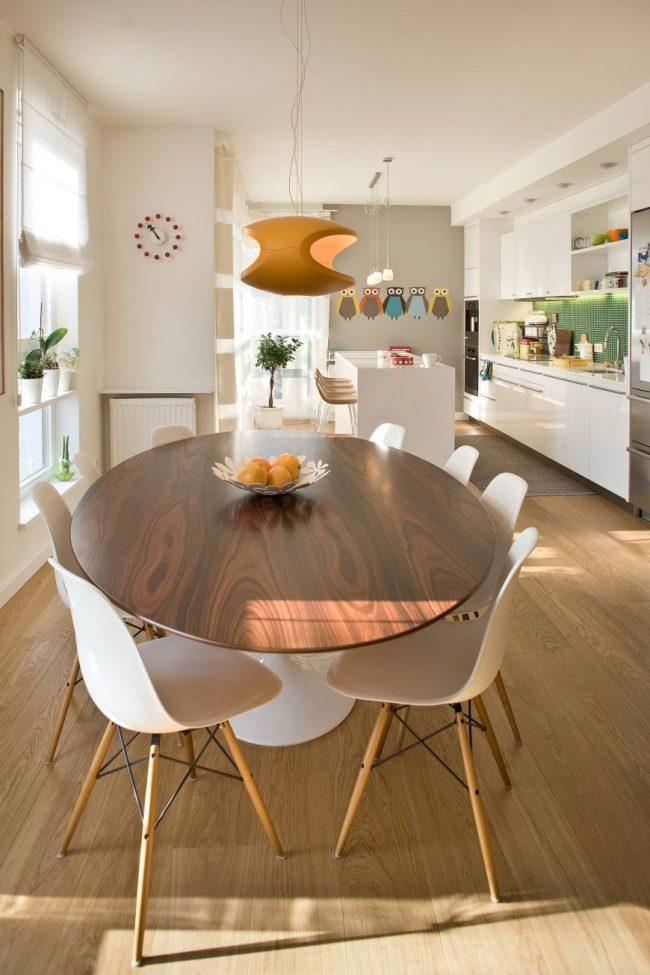 Стол из ДСП - практичный и дешевый вариант на кухне